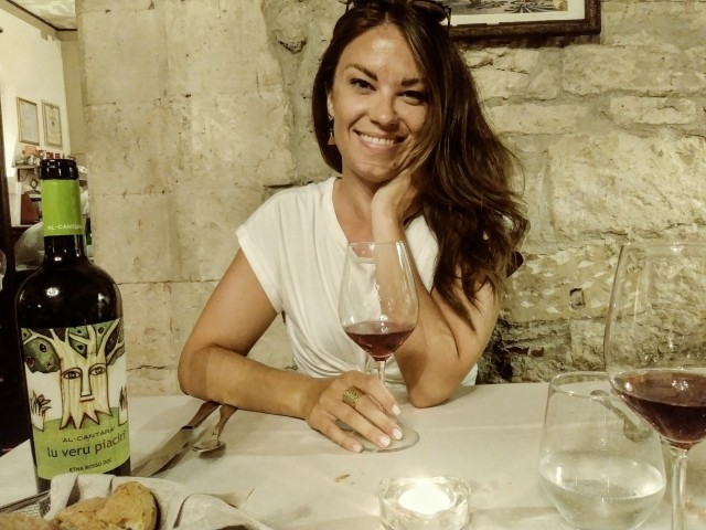 Heureuse de mon repas & le vino